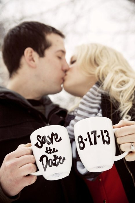 Фото-приглашение с датой свадьбы на кружках