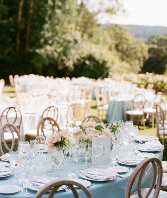 Свадьба в небесно-голубом цвете в саду