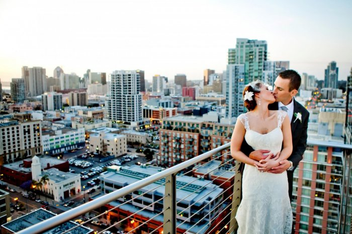 Фотосессия на крыше для свадьбы в небесно-голубом цвете