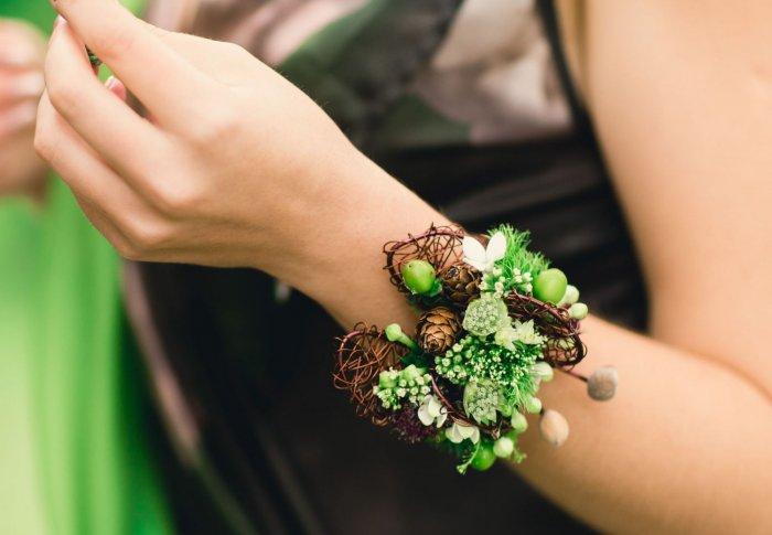 Браслет для эко-свадьбы с цветами и шишками