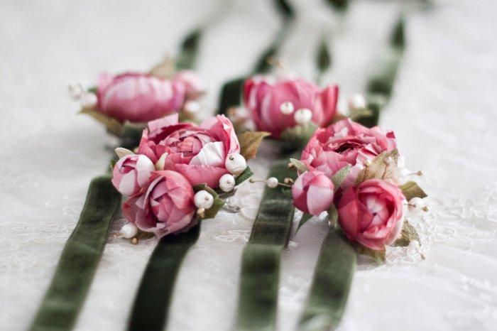 Искусственные цветы в браслетах подружек
