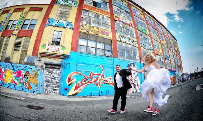 Свадебная фотосессия среди <i>пригласительные на свадьбу в стиле лофт</i> домов с граффити