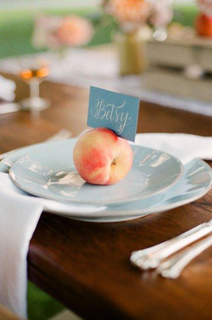 Банкетные карточки из персиков