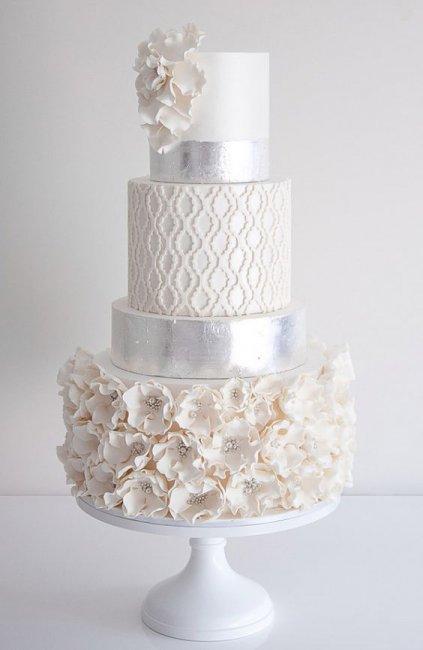 Торт с серебряными элементами