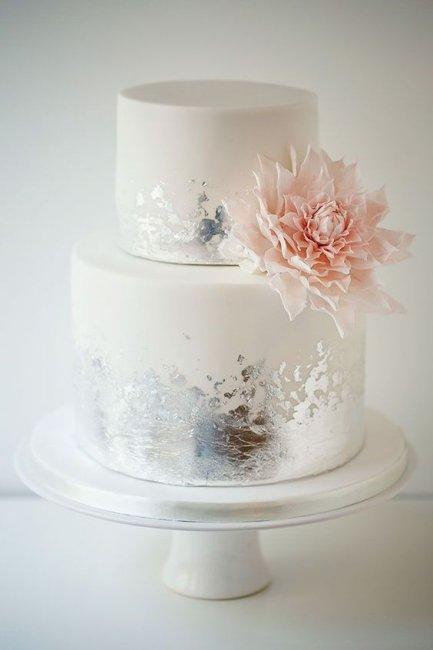 Торт с живыми цветами на серебряную свадьбу