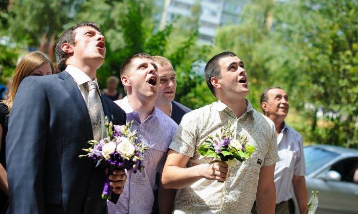 Конкурсы на выкуп невесты в подъезде на ступеньках