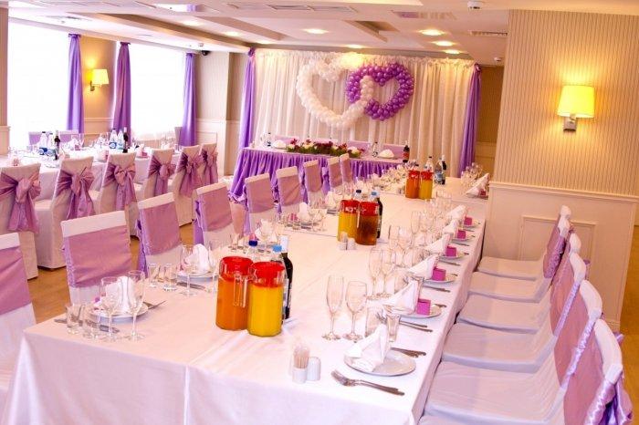 Декор свадебного зала сиреневой тканью