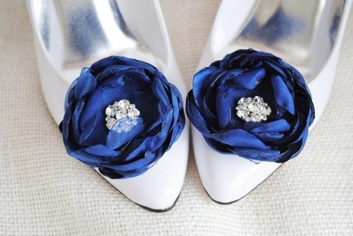 Белые с синими цветами туфли невесты