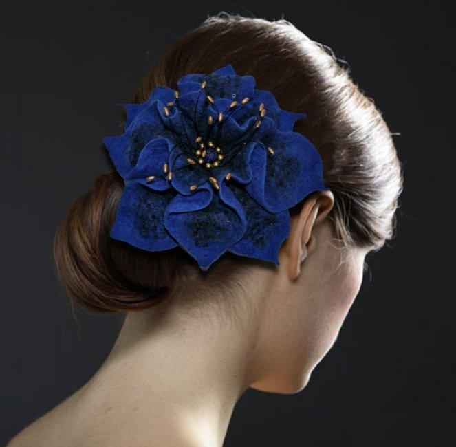Невеста с синим цветком в волосах
