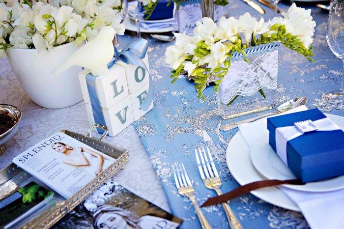 Сине-белый декор столов