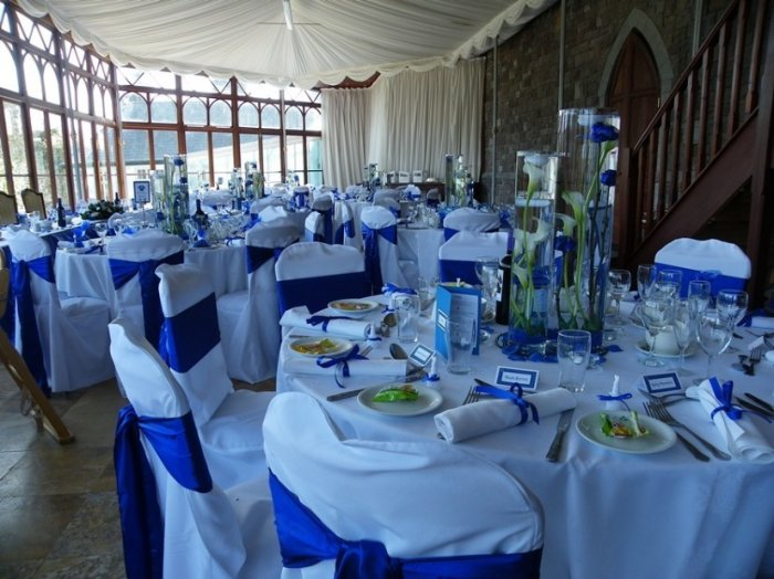 Белые скатерти и синяя драпировка на свадьбе