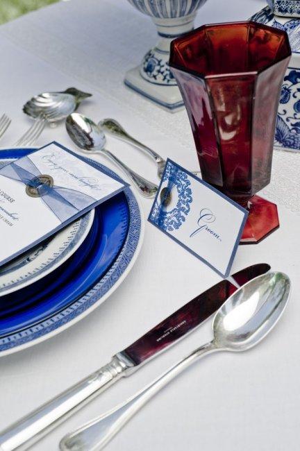 Бело-синяя свадебная сервировка