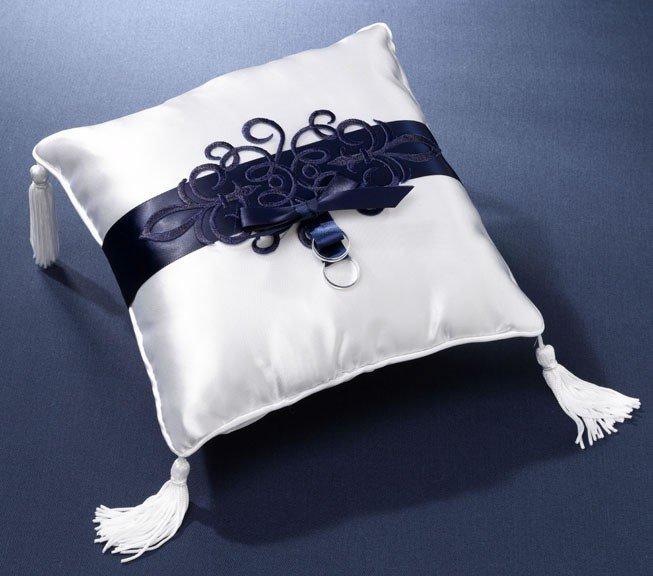 Бело-синяя подушка для колец