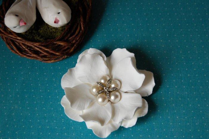 Белоснежный цветок для торта с бижутерией