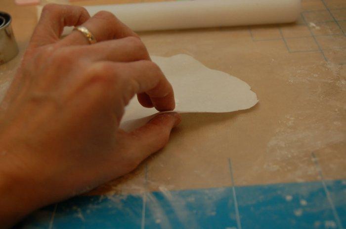Раскатываем мастику в тонкий пласт