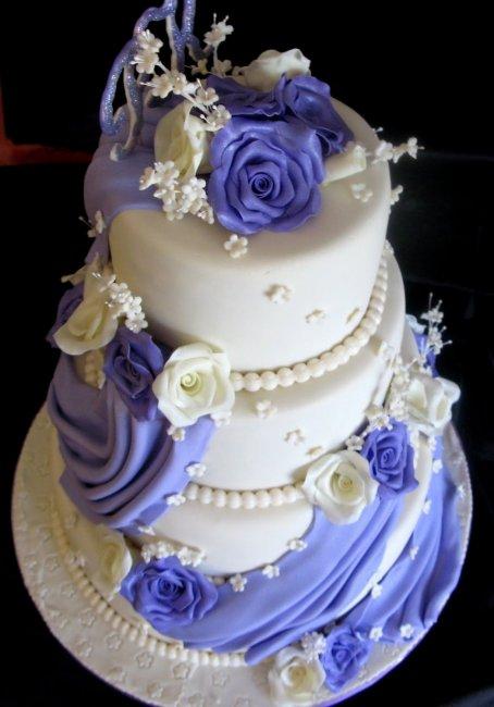 Праздничный торт украшенный мастикой