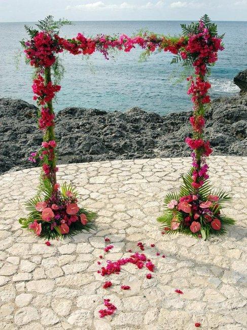 Букеты из цветов в декоре арки