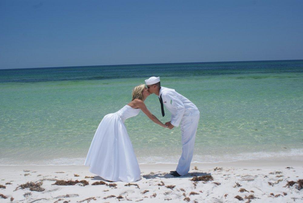Поцелуй на фоне моря