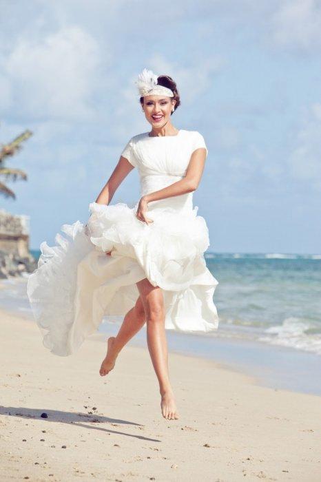 Задорная невеста на пляже
