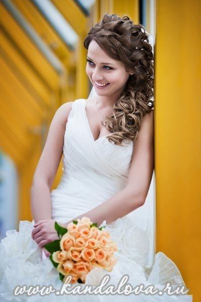 прически на свадьбу с косичками фото