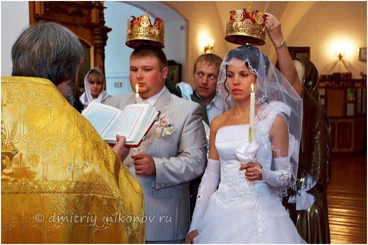 Почему при венчании держат корону над головой
