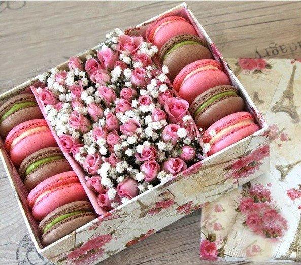 Коробки с цветами и сладостями