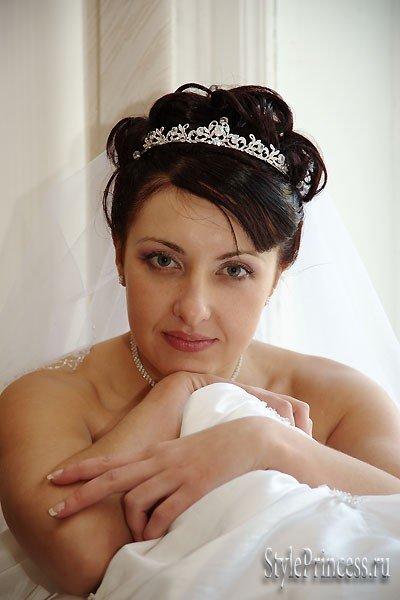 свадебные прически с диадемой и шиньоном