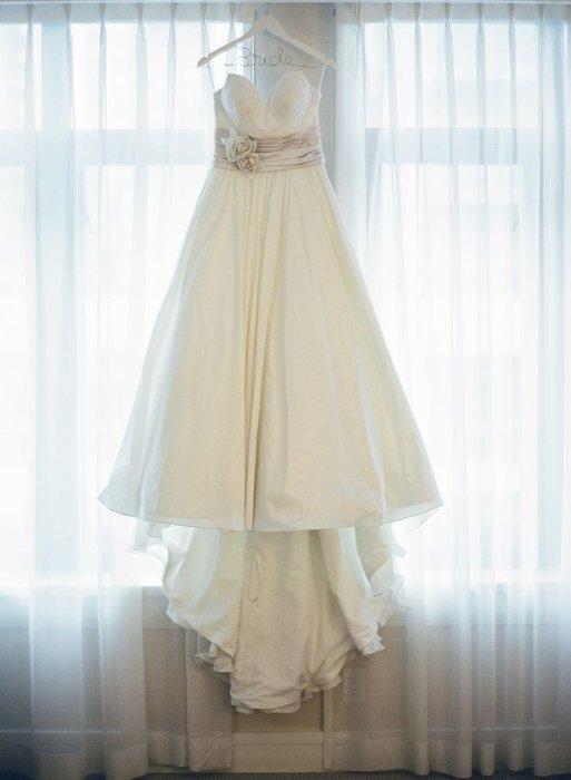 Свадебные платья на вешалке
