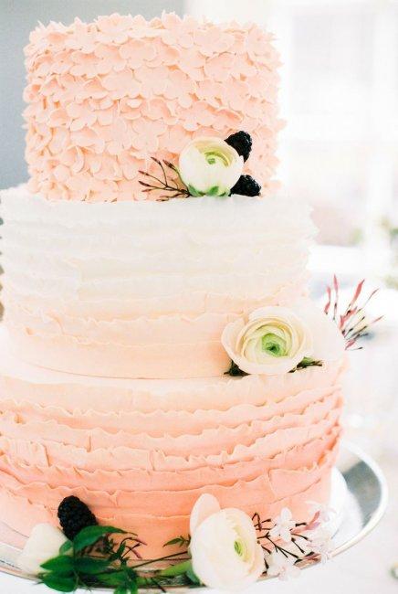 Свадебный торт персикового цвета
