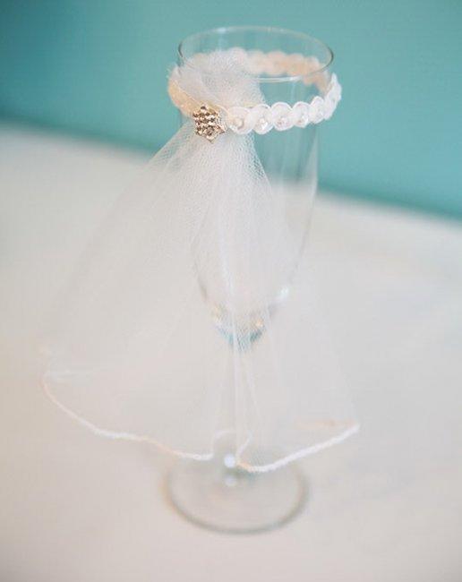 Украшаем свадебные бокалы для жениха и невесты своими руками фото 972