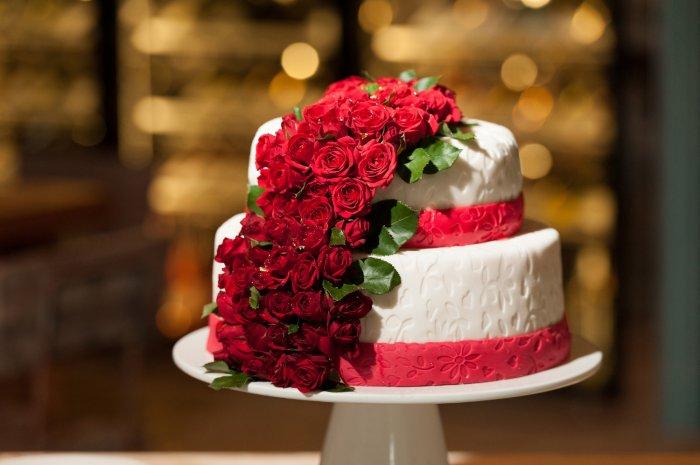 Торт с красными цветами