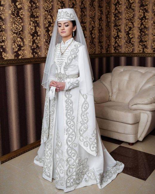 вид в осетинском платье фото на свадьбу прохладную погоду