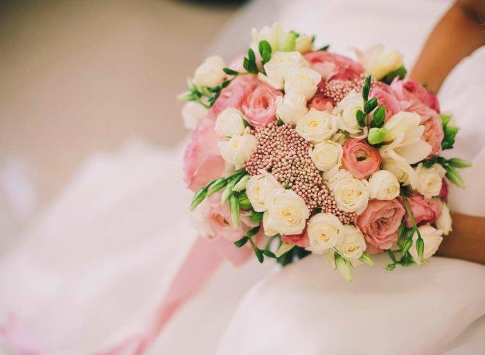 Свадебные букеты из розовых роз и белых ранункулюсов, клубники