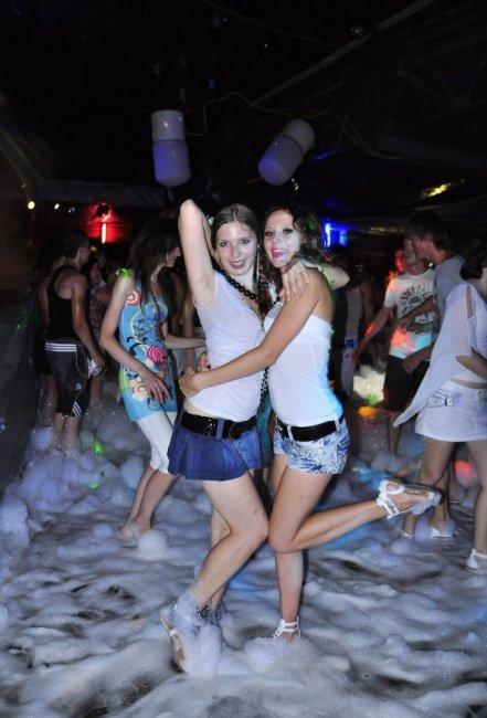 Мокрые вечеринки в одежде видео