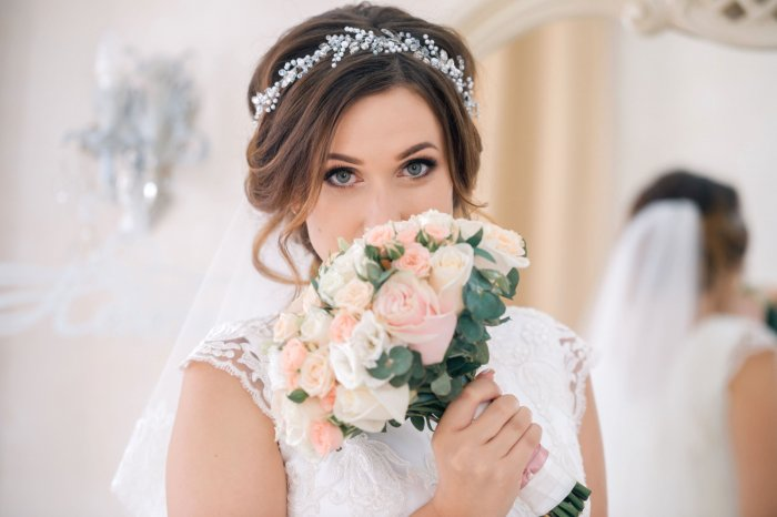 Свадебная прическа мода на нее