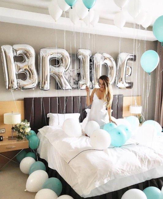 Фотосессия сборов невесты с шарами-буквами
