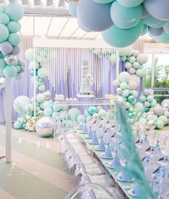 Оформление банкетного зала шарами в мятном цвете